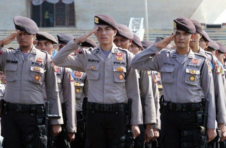 cara menghargai jasa pahlawan Menjaga keamanan dan ketertiban