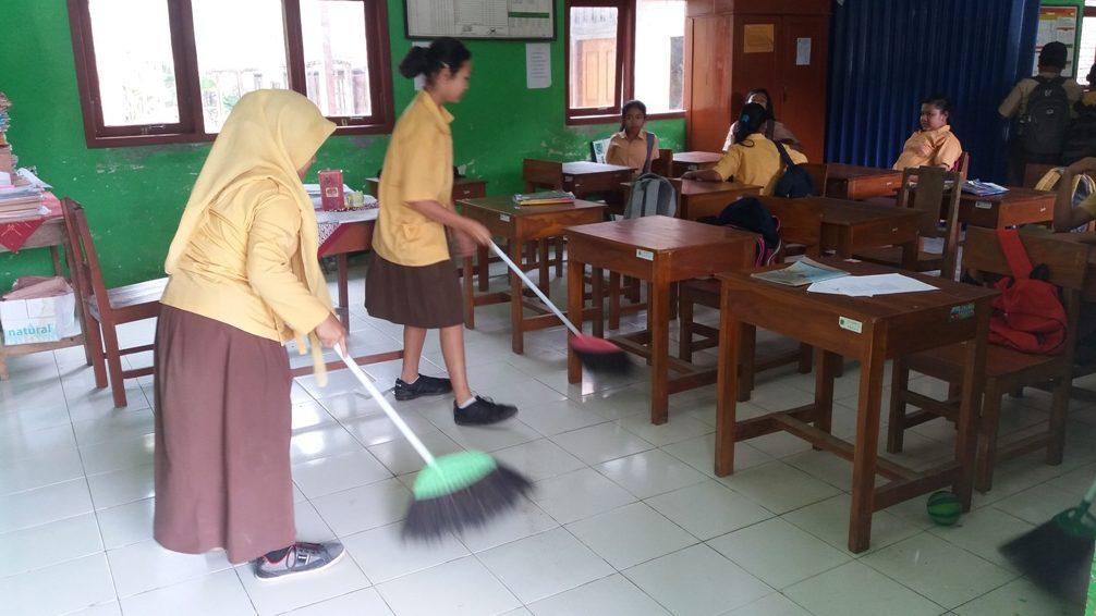 Contoh Sikap Demokrasi di Lingkungan Sekolah Pembagian tugas piket secara merata