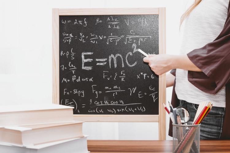 sikap kepahlawanan dalam kehidupan sehari hari Guru memberikan ilmu dan pendidikan kepada siswa