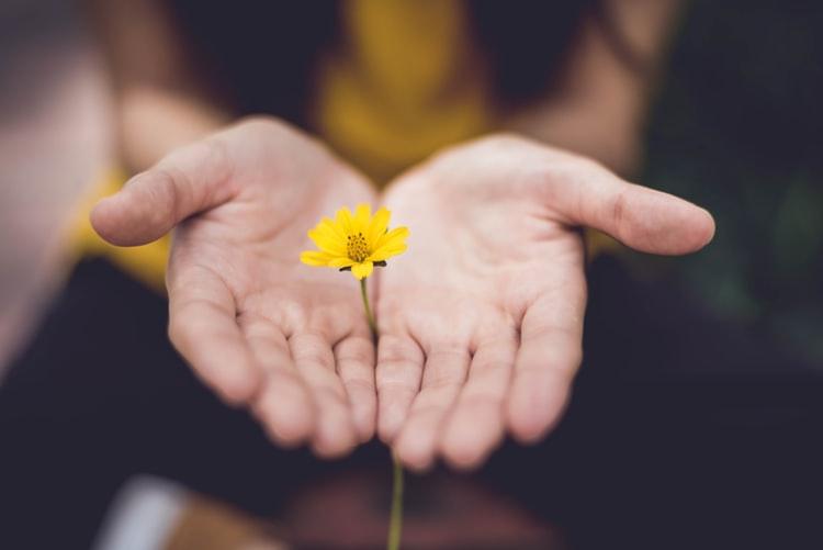sikap kepahlawanan dalam kehidupan sehari hari Saling tolong-menolong dalam kebaikan